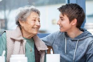 Großmutter bekommt Besuch von der Enkelin
