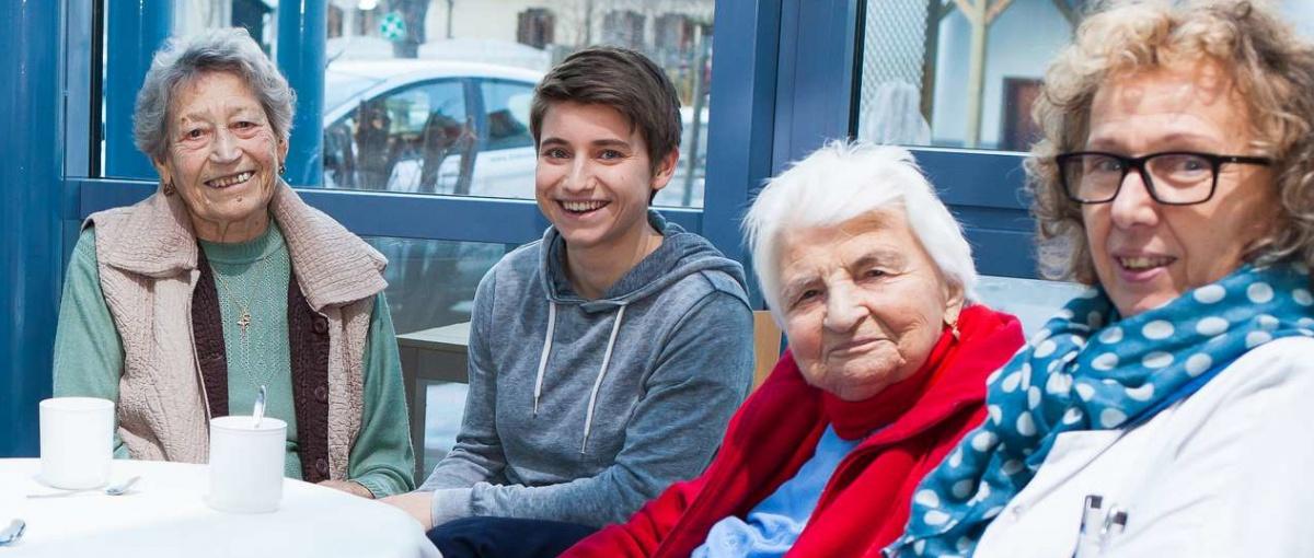 Angehörige beim Besuch im Tageszentrum (Foto: Nadja Meister)